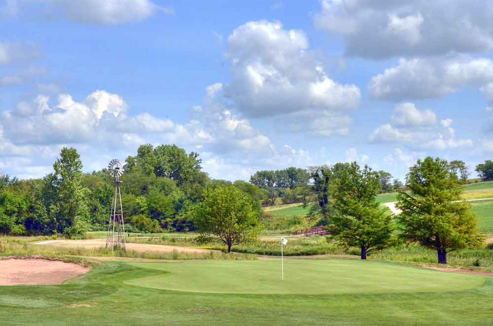 Mozingo-Lake-Recreational-Park-Golf-Course,-Maryville,-MO-Windmill