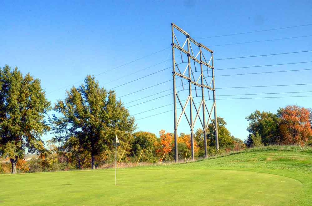 Teetering-Rocks-Golf-Course,-Wires